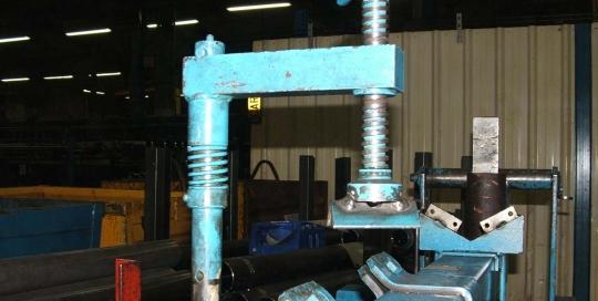 NOS COMPETENCES-RUBRIQUE ADAPTATION MECANIQUE-Adaptation-d une-centrale-hydraulique-sur-une-table-elevatrice